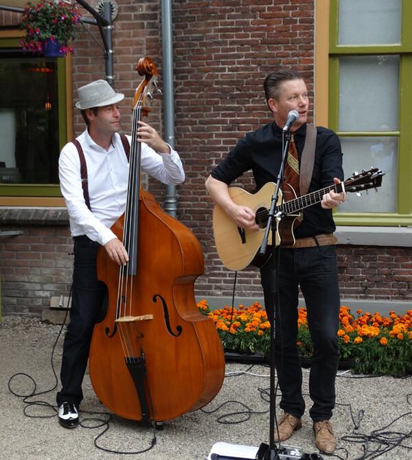 Akoestisch duo MAIS speelt covers in singer-songwriter geluid, liedjes voor jong en oud, voor bruiloft, receptie, tuinfeest, zakelijke event, we spelen overal!